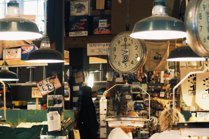 Все масштабы измерения на морепродуктах ходят по магазинам в рынке места Pike стоковые фотографии rf
