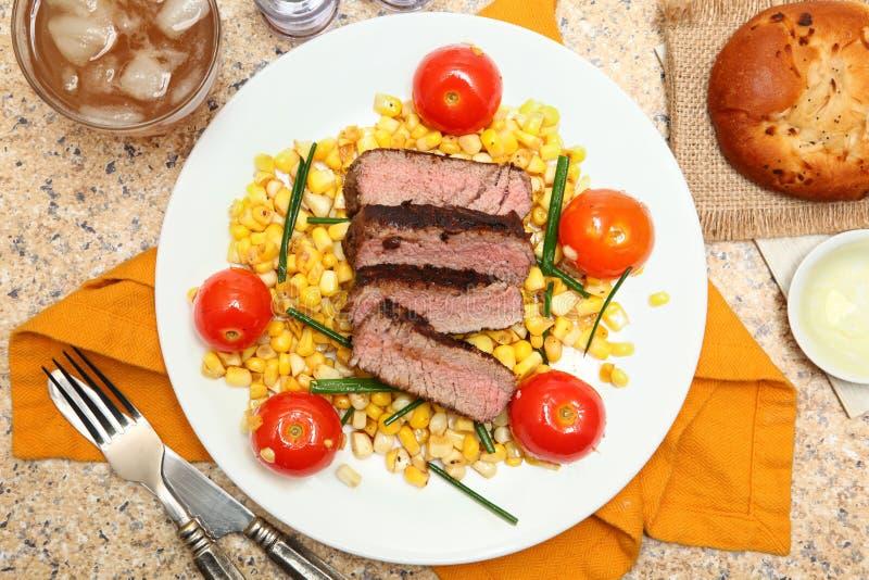 Все-опаленный стейк с салатом стоковые изображения rf