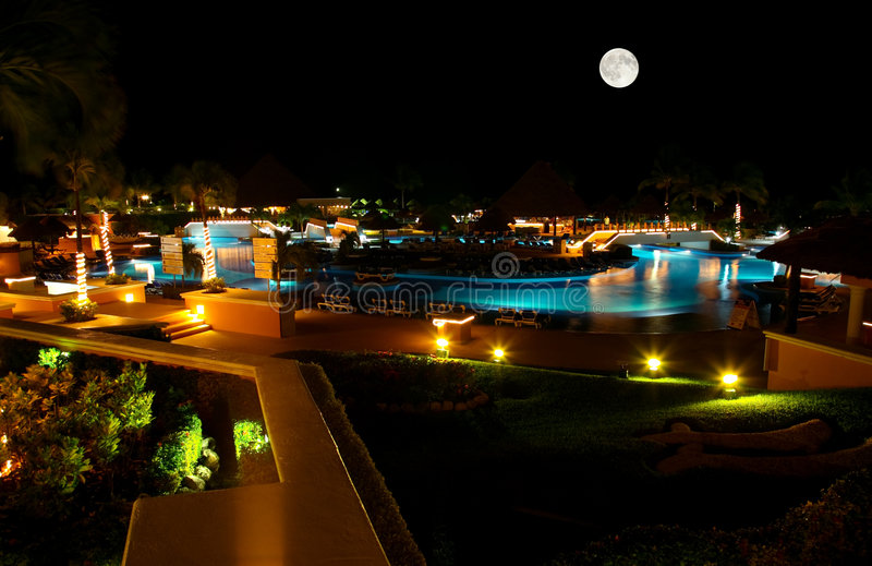 все приставают включительный роскошный курорт к берегу ночи стоковая фотография rf