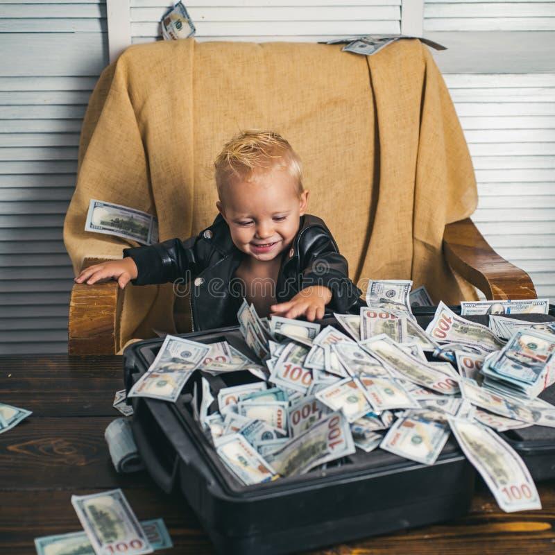 Все смотрит большим Ребенок мальчика со случаем денег Деньги отсчета мальчика наличными Небольшой ребенок сделать учет коммерческ стоковые фотографии rf