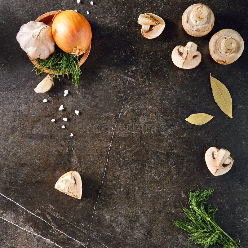Все шарик, грибы, укроп и чеснок на черном каменном Backgrou стоковое фото rf