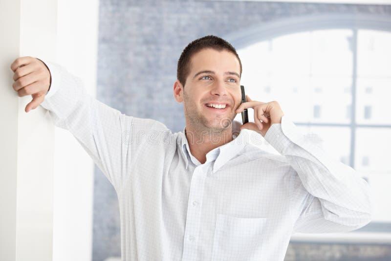 Download вскользь беседуя усмехаться человека передвижной Стоковое Фото - изображение насчитывающей дело, клетка: 18382336