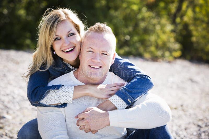 Вскользь молодые пары на пляже стоковые фото