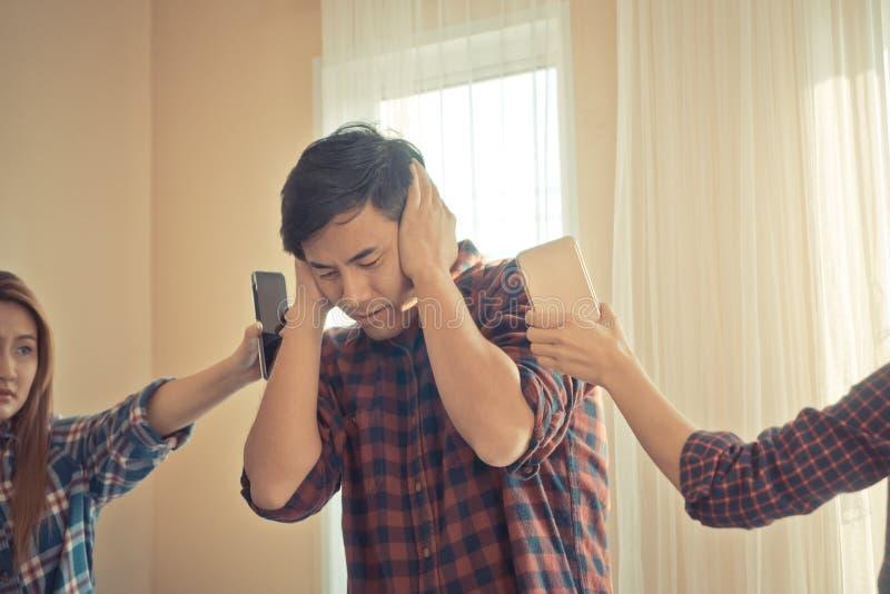 Вскользь мужчина усиленный вне от звенеть телефона стоковые изображения rf
