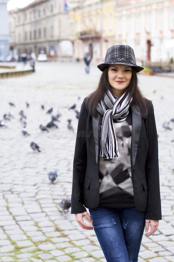 Вскользь ретро девушка города стоковое фото