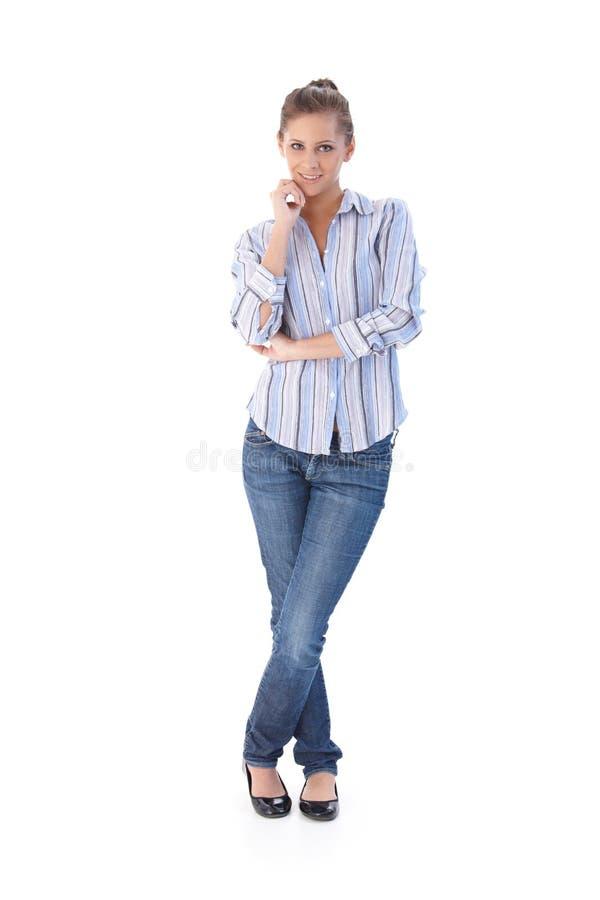 Вскользь усмехаться молодой женщины стоковое фото