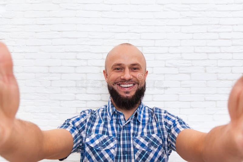 Вскользь бородатый бизнесмен принимая фото Selfie стоковые фотографии rf