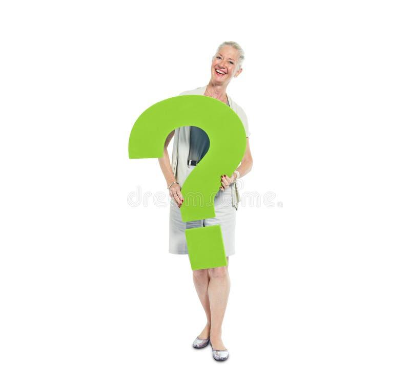 Вскользь женщина держа зеленый вопросительный знак стоковое изображение