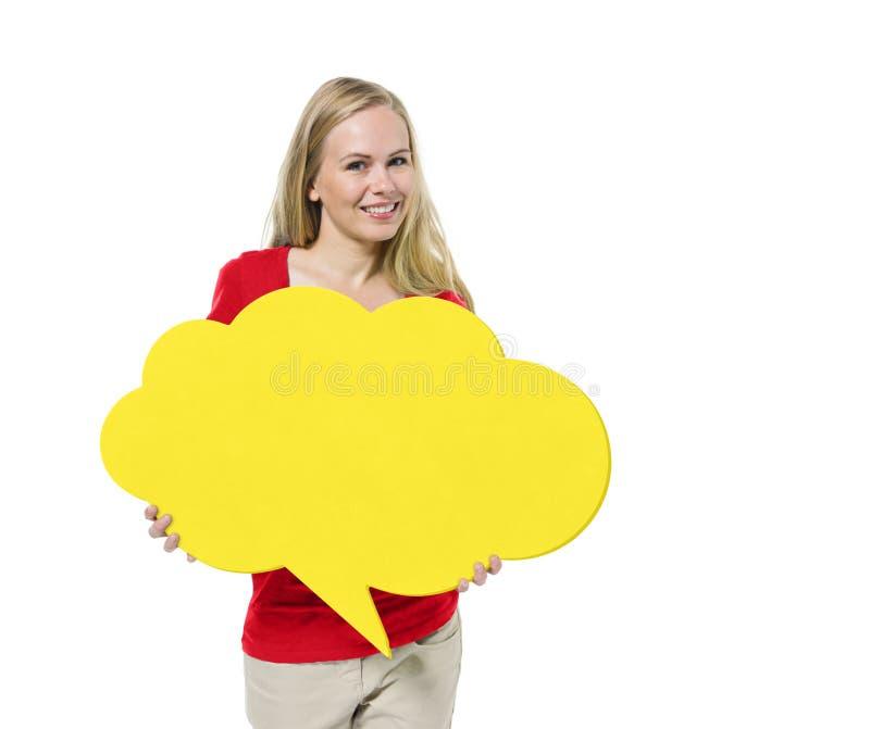 Вскользь женщина держа пузырь речи стоковые изображения rf