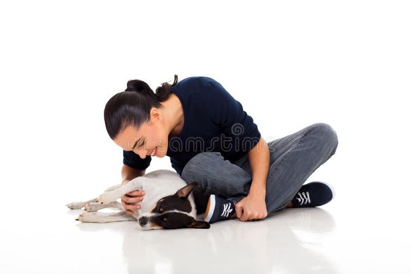 Женщина играя собаку стоковые фото