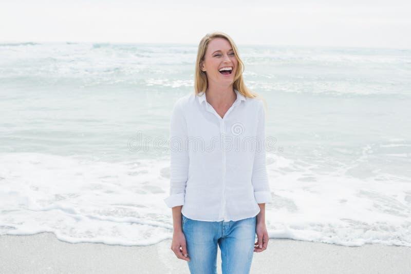 Вскользь женщина смеясь над на пляже стоковые изображения rf
