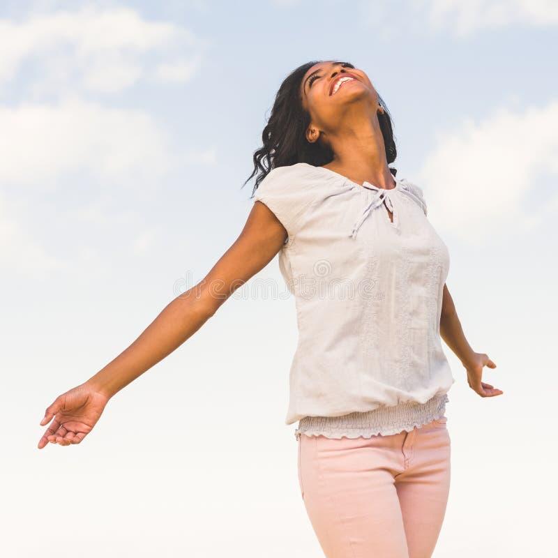 Вскользь милая женщина наслаждаясь солнечностью стоковые фото