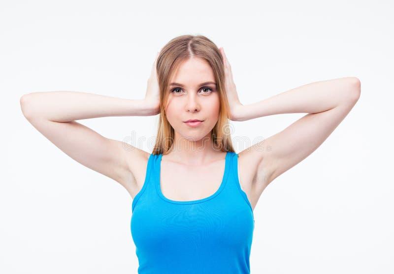Вскользь молодая женщина покрывая ее уши стоковые фотографии rf