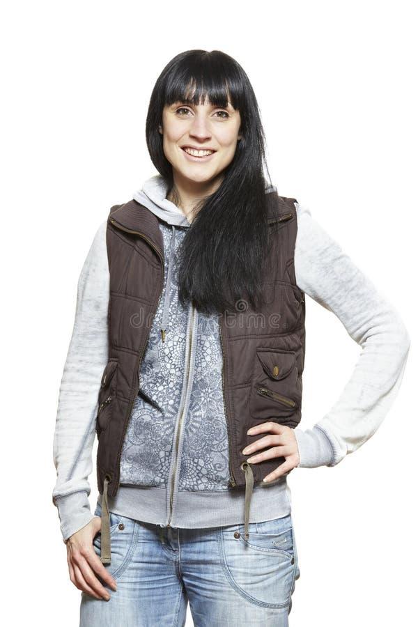 Вскользь одетый усмехаться молодой женщины стоковая фотография rf