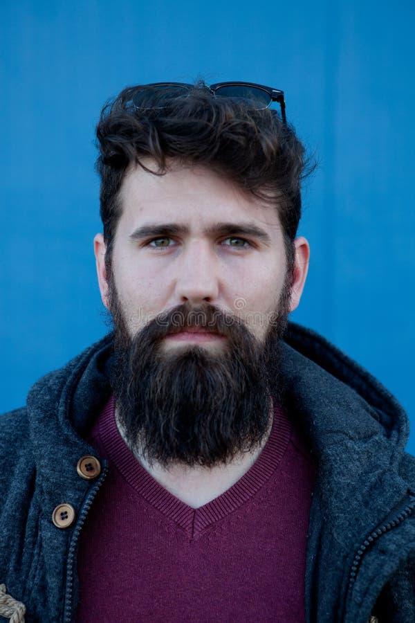 Вскользь человек битника с длинной бородой стоковое изображение rf
