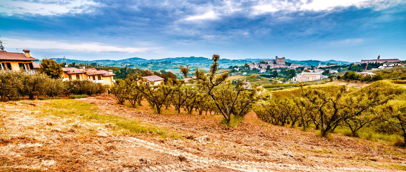 Вспаханное поле в сельской местности вокруг средневекового замка стоковое изображение rf