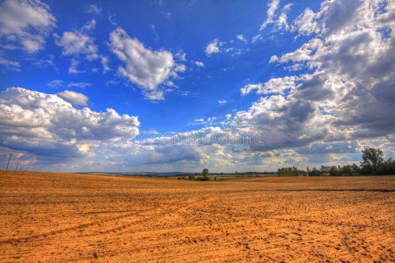 Вспаханное поле на поздним летом стоковое фото rf