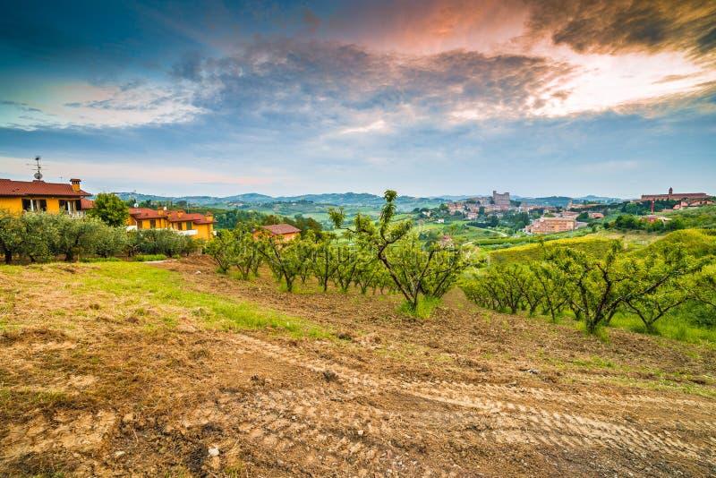 Вспаханное поле в сельской местности вокруг средневекового замка стоковые фотографии rf