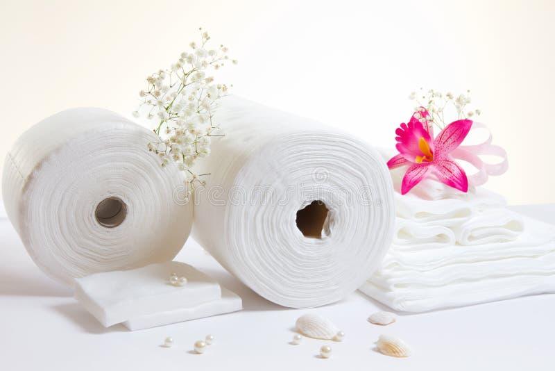 Вспомогательное оборудование спы: белые листы и полотенца стоковые изображения rf