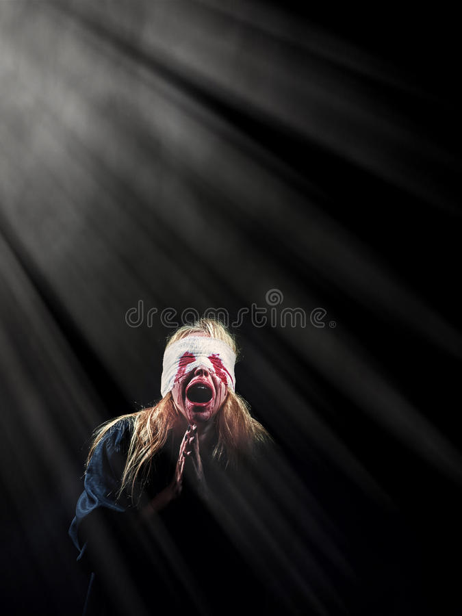 Вспугнутая кровопролитная девушка стоковая фотография