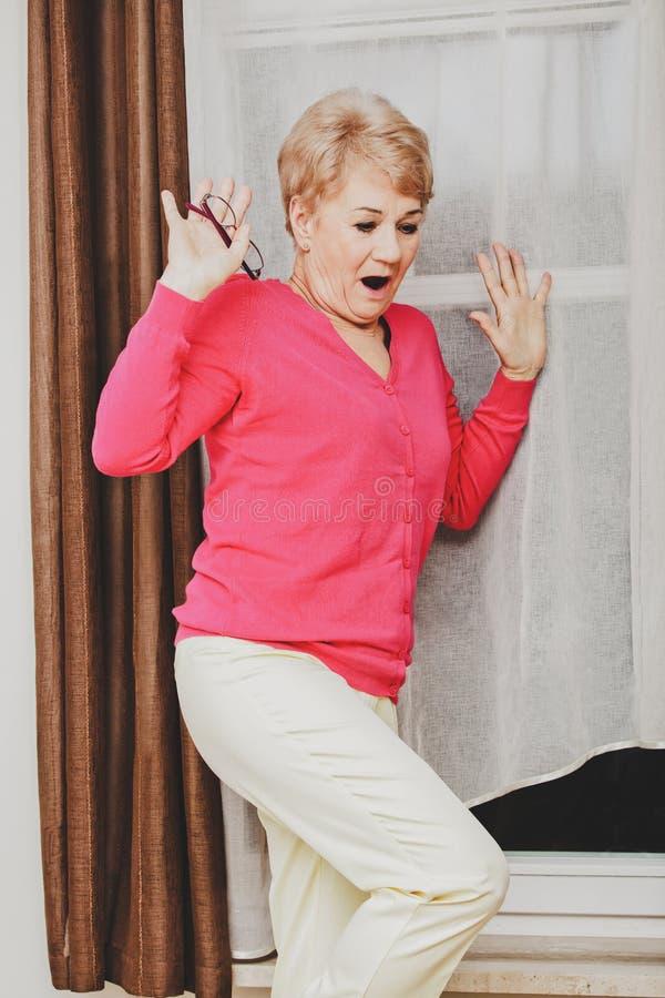 Вспугнутая старшая женщина стоковые фотографии rf
