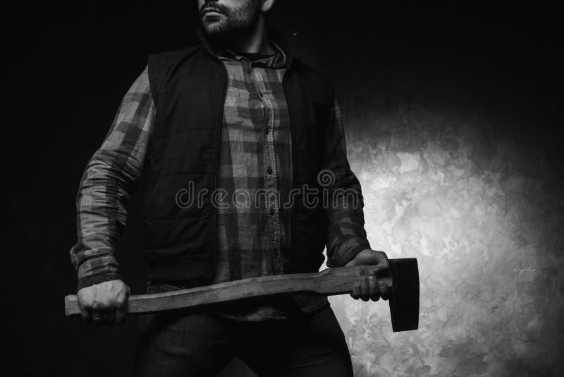 Вспугнутое axeman Вооруженный человек с осью стоковая фотография rf