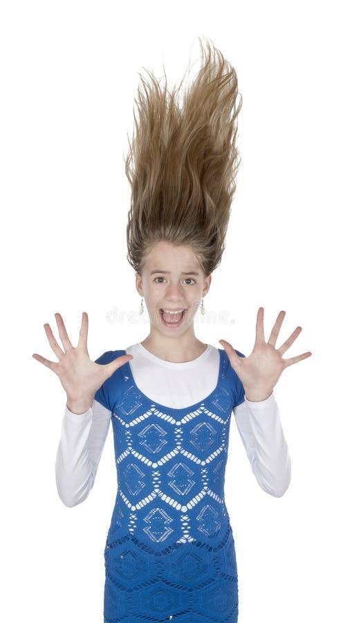 Вспугнутые волосы молодой женщины стоят на концах стоковое изображение rf