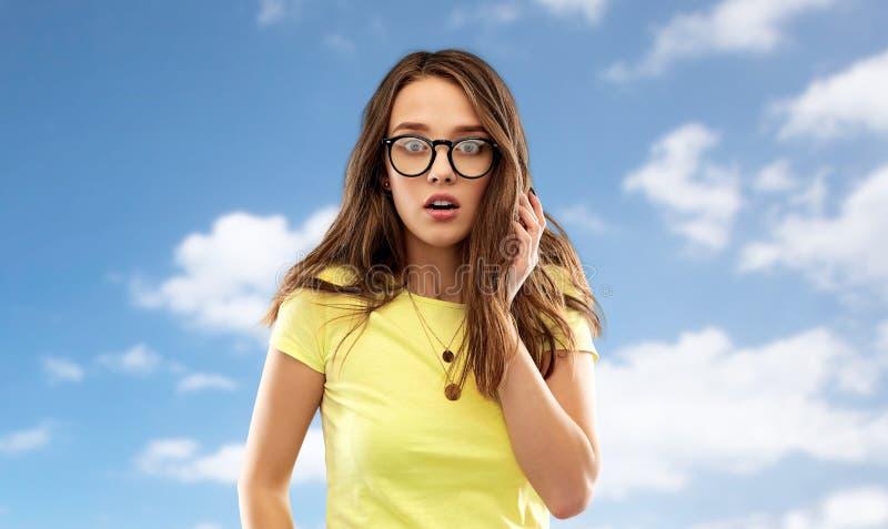 Вспугнутые молодая женщина или девочка-подросток в стеклах стоковые фото