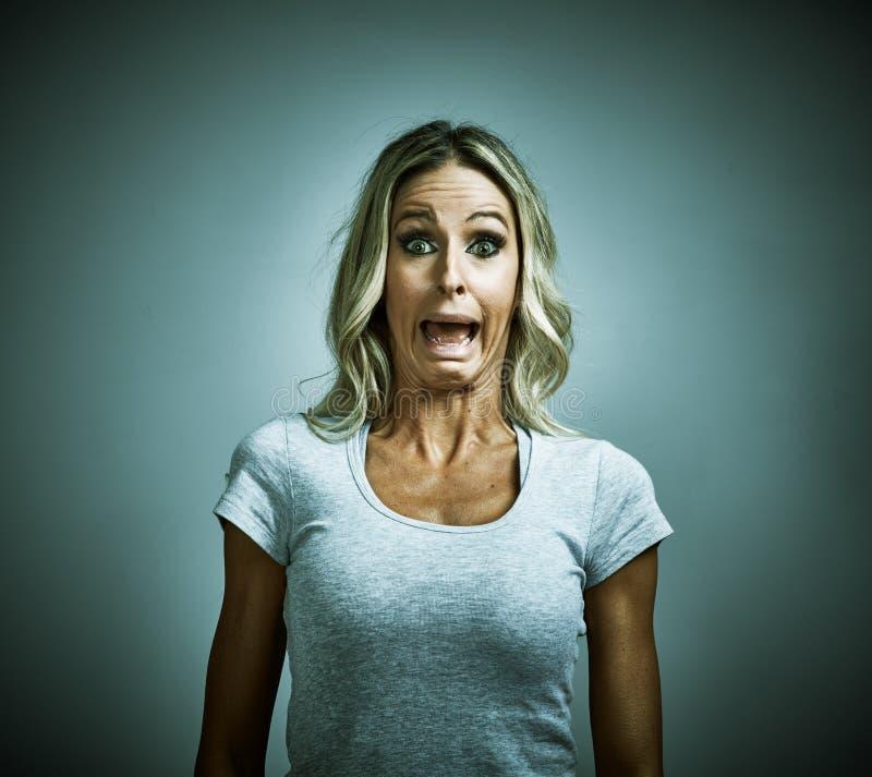 Вспугнутый испуганный страх молодой женщины стоковые фотографии rf
