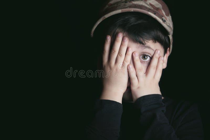 вспугнутый мальчик стоковое изображение rf