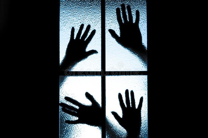 Вспугнутый мальчик за стеклянной дверью стоковое изображение rf