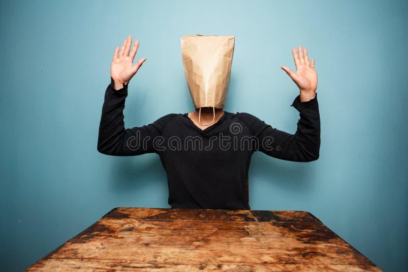 Вспугнутый человек с накладными расходами сумки стоковые изображения