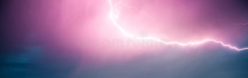 Вспышка молнии в драматическом небе естественное явление стоковые фотографии rf