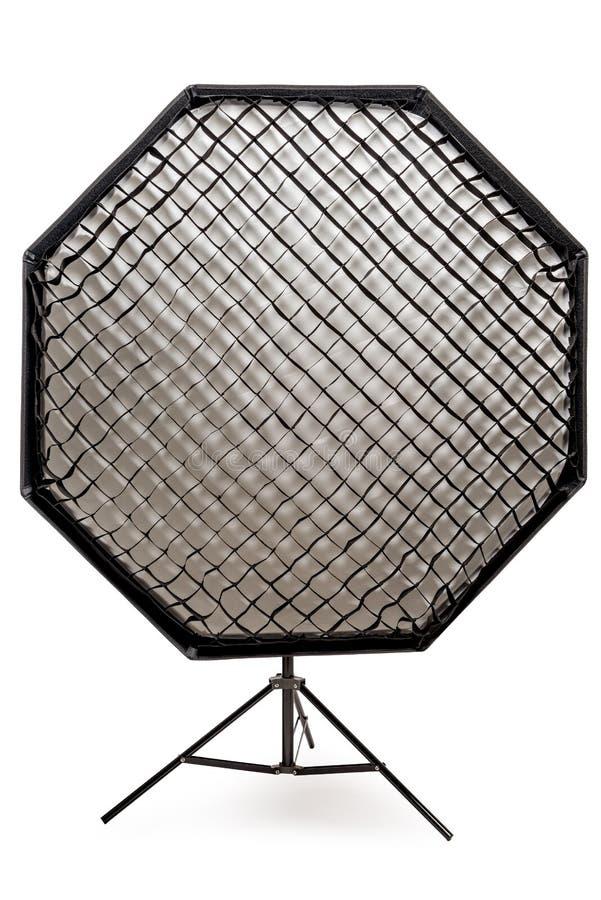 вспышка оборудования с сотами с восьмиугольным softbox на шкафе в конце-вверх студии на белом стоковое фото