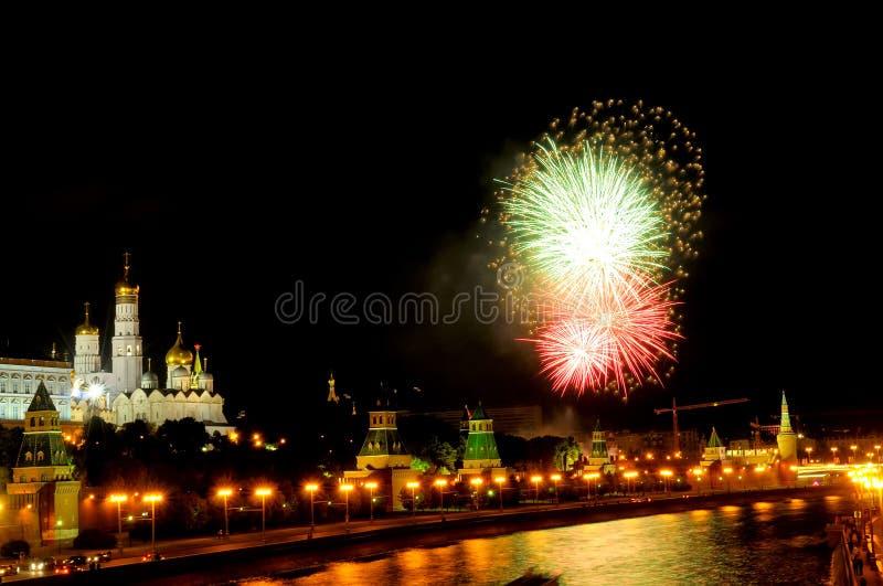 Вспышки зеленых и красных фейерверков около Москвы Кремля стоковое изображение rf