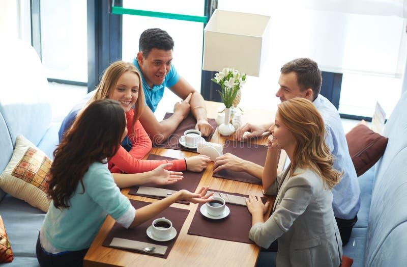Встречать на кафе стоковое изображение rf