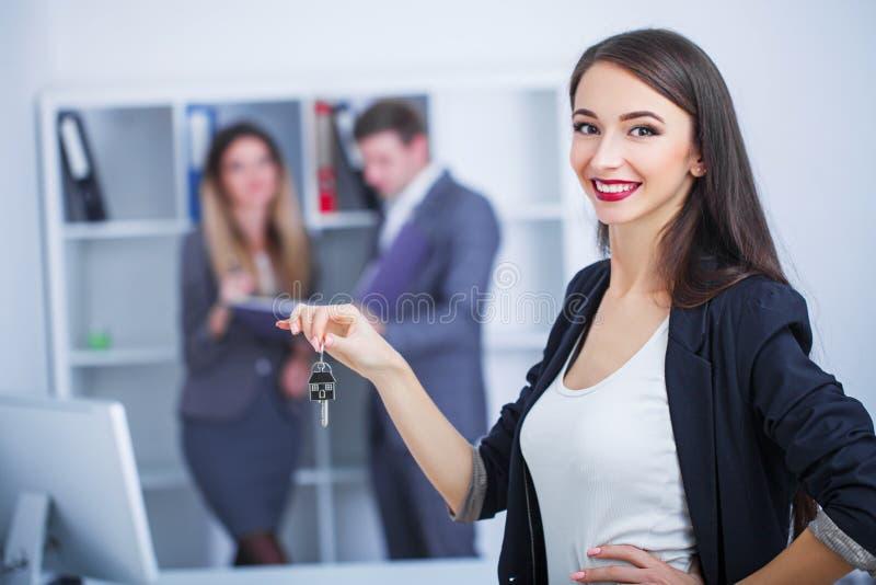 Встречающ агент в офисе, покупающ арендующ квартиру или дом, стоковые фото