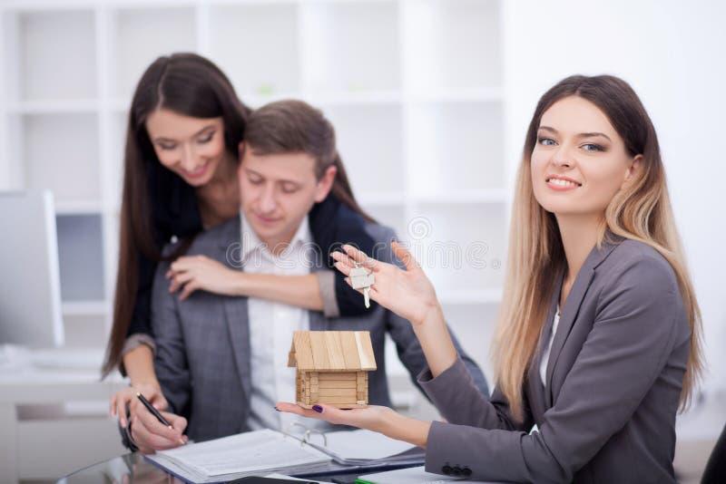 Встречающ агент в офисе, покупающ арендующ квартиру или дом, стоковое изображение rf