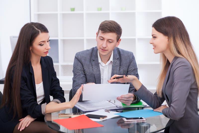 Встречающ агент в офисе, покупающ арендующ квартиру или дом, стоковая фотография rf