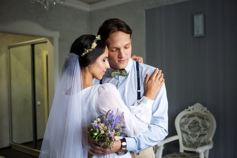 Встречающ жениха и невеста в спальне, новобрачные ha стоковая фотография