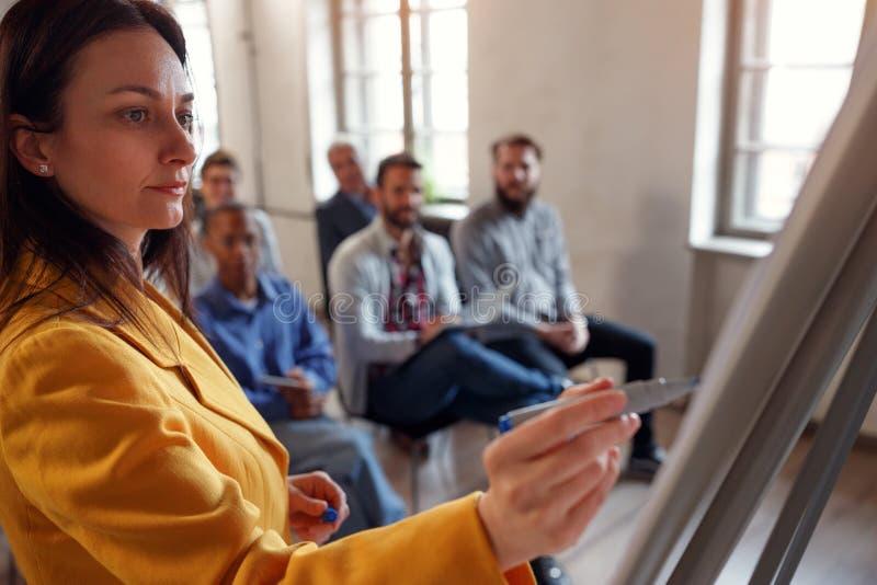 Встреча бизнес-леди ведущая в конференц-зале стоковые фото