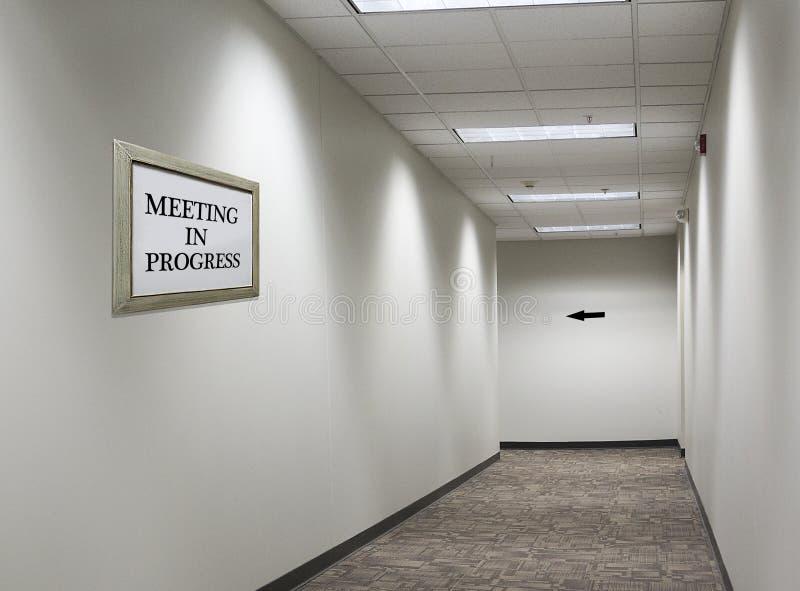 Встреча в прогрессе подписывает в прихожей стоковое фото