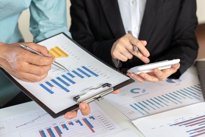 Встреча группы бизнесменов, руководителей и бухгалтеров, на которой обсуждалась схема доходов компании в офисе с ноутбуками стоковое изображение