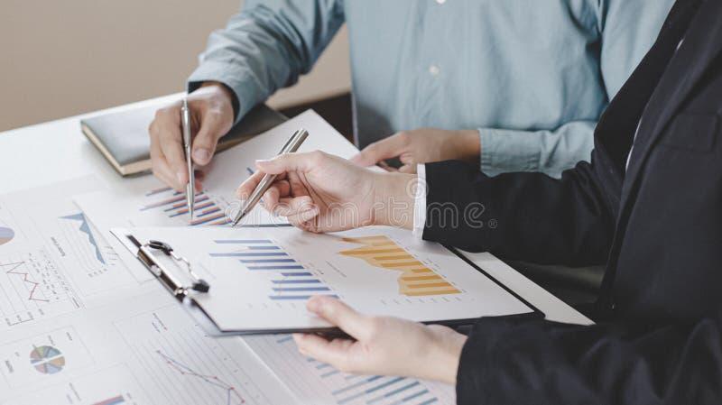 Встреча группы бизнесменов, руководителей и бухгалтеров, на которой обсуждалась схема доходов компании в офисе с ноутбуками стоковые изображения