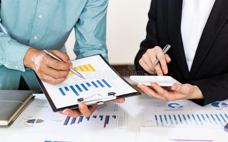 Встреча группы бизнесменов, руководителей и бухгалтеров, на которой обсуждалась схема доходов компании в офисе с ноутбуками стоковые фото