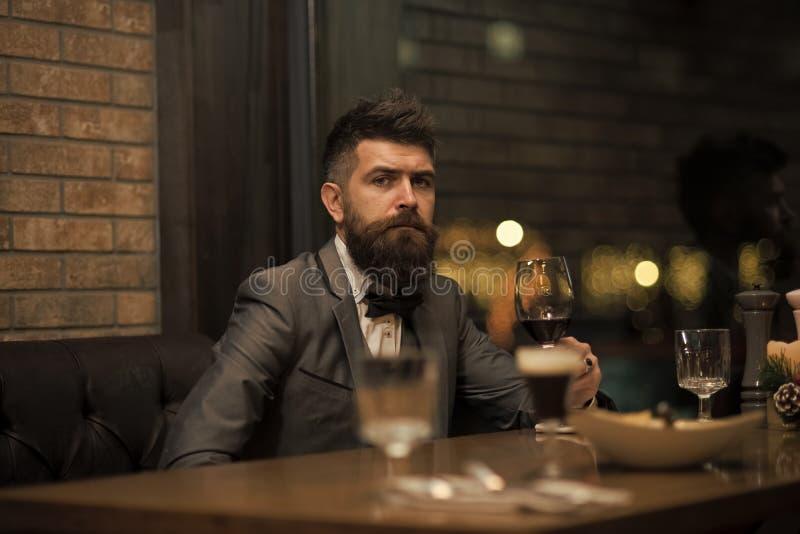 Встреча даты битника ожидая в пабе Совершенное вино Бизнесмен с длинным питьем бороды в клубе сигары Бородатые остатки человека стоковое фото