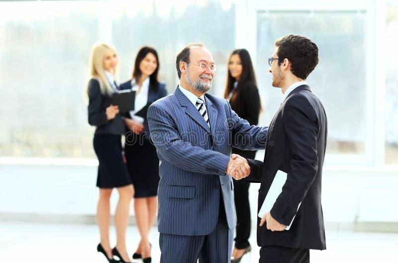 встреча 2 деловых партнеров на представлении стоковое изображение rf