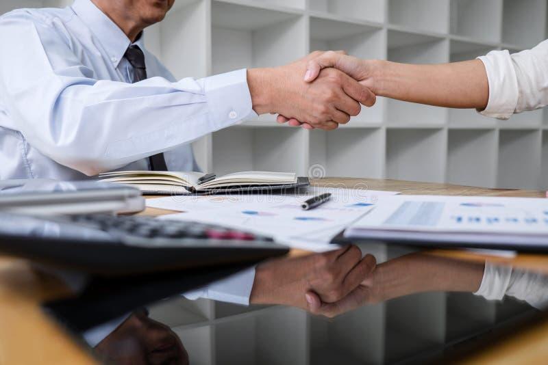 Встреча и рукопожатие дела концепция, сотрудничество 2 и бизнесмены приветствию после обсуждать хорошее дело контракта и стоковая фотография rf