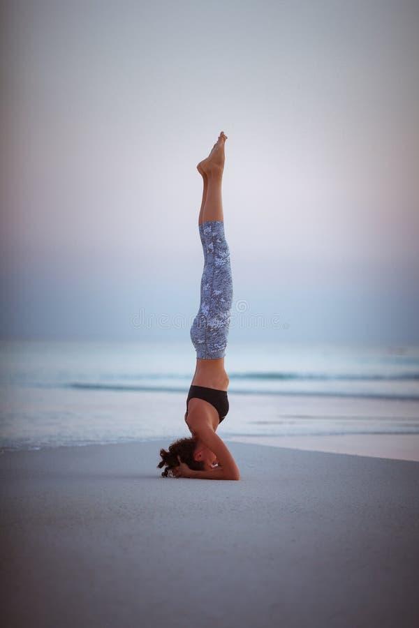 Встреча йоги лета на красивом золотом пляже путешествия йоги Мальдивов, Salamba Sirsasana - поддержанного headstand стоковая фотография