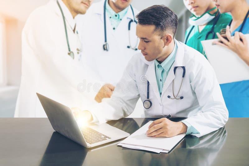 Встреча команды доктора с портативным компьютером стоковое фото rf